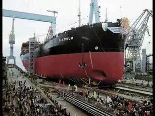 Современная церемония спуска судна на воду - яркое впечатляющее зрелище - ведет свое...